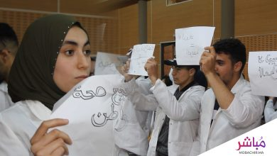ممرضون يرفعون لافتات في وجه العثماني خلال لقاء إعلامي بطنجة 2