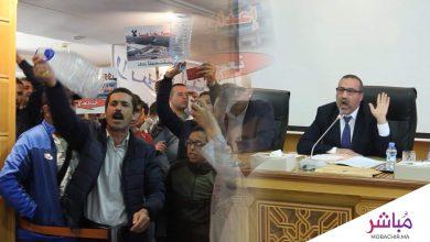 عمدة طنجة يوقف أشغال دورة الجماعة ويطالب السلطة بإخلاء القاعة من المحتجين (فيديو) 3