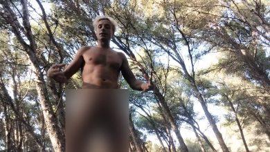 غريب..مغربي يتعرى وسط غابة بطنجة ويدعو الناس للإقتداء به 6