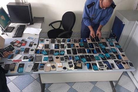 جمارك ميناء طنجة المتوسط تحبط عملية تهريب أزيد من 150 هاتفا ذكيا 1