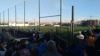 جماهير اتحاد طنجة تحاصر اللاعبين اثناء التداريب وتمنعهم من المغادرة 4