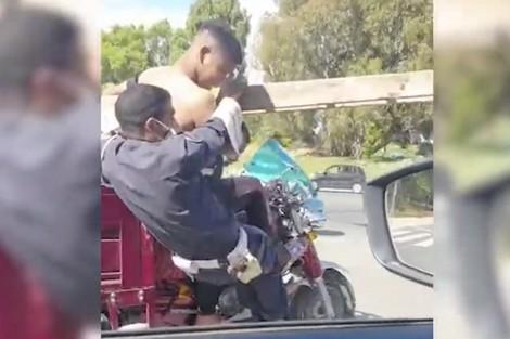 """الأمن يلاحق سائق """"تريبورتور"""" ومرافقه سحلا رجل أمن 1"""