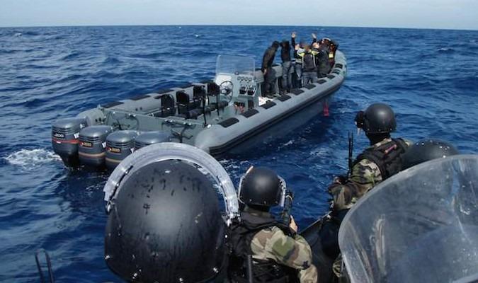 """البحرية الملكية تضبط 1200 كلغ من """"الحشيش"""" وتوقف ثلاثة أشخاص بأشقار 1"""