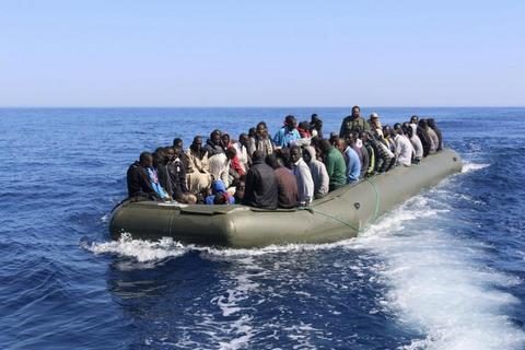 البحرية الملكية تنقذ 183 مهاجرا سريا بعرض البحر 1