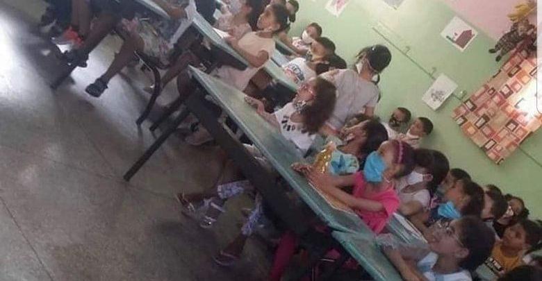 """صور تكدّس تلاميذ داخل حجرة دراسية تشعل """"فيسبوك"""" وأمزازي يبحث عن ملتقطها 1"""