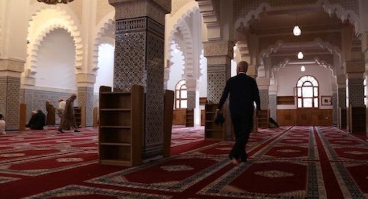 مسؤول بوزارة التوفيق يداهم مسجد بطنجة ويوقف تلاوة الحزب الراتب 1