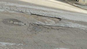 انتشار الحفر بشوارع طنجة يفجر غضبا وسط المواطنين 4