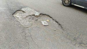 انتشار الحفر بشوارع طنجة يفجر غضبا وسط المواطنين 7