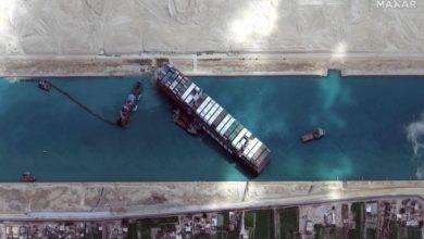 السلطات المصرية تنجح في تعويم السفينة الجانحة بقناة السويس 5