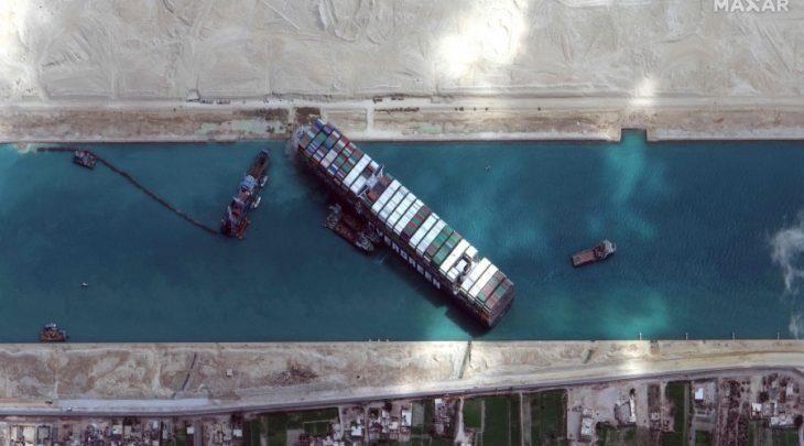السلطات المصرية تنجح في تعويم السفينة الجانحة بقناة السويس 1