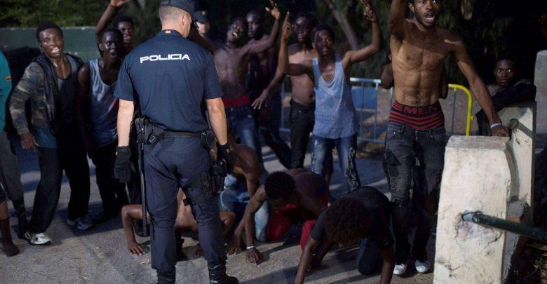 150 مهاجرا إفريقيا يقتحمون سياج مليلية المحتلة 1