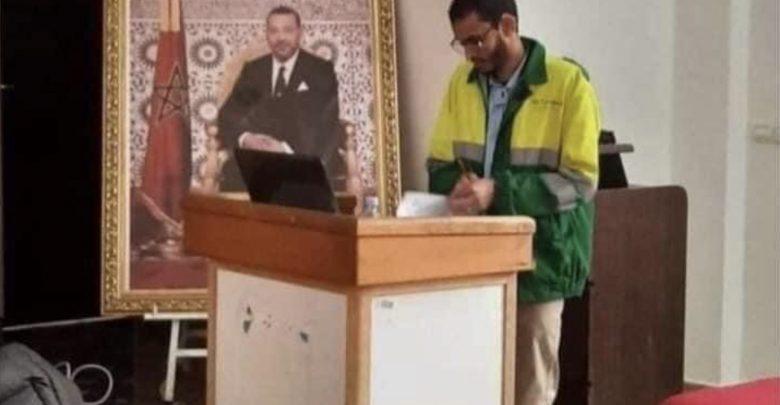 طالب يناقش أطروحة للدكتوراه وهو يرتدي لباس عمال النظافة 1