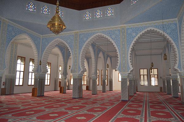 مسجد غينيا .. صرح روحاني ومعماري في قلب الحسيمة 1