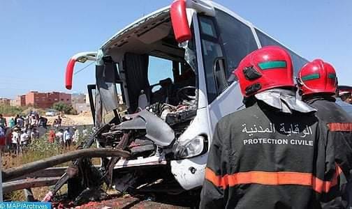 مصرع شخصين وإصابة 30 آخرين في حادث انقلاب حافلة لنقل المسافرين 1