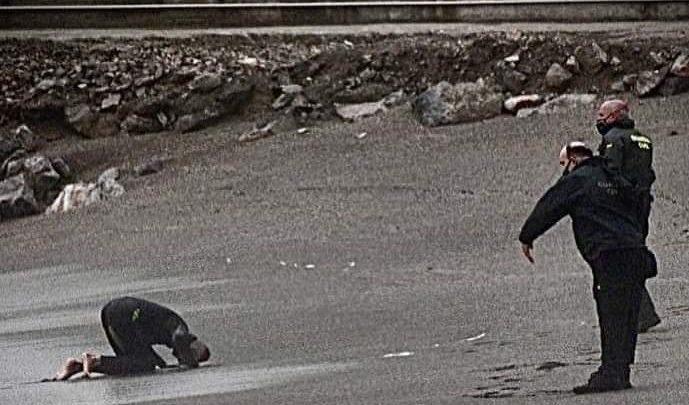 تسليم الشباب الذين هاجروا سباحة لسبتةإلى السلطات المغربية 1
