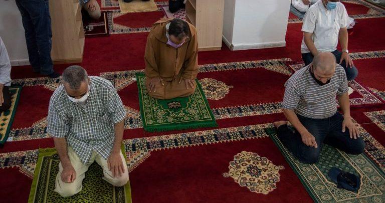 الأوقاف تسمح بإقامة صلاتي العشاء والصبح داخل المساجد 1
