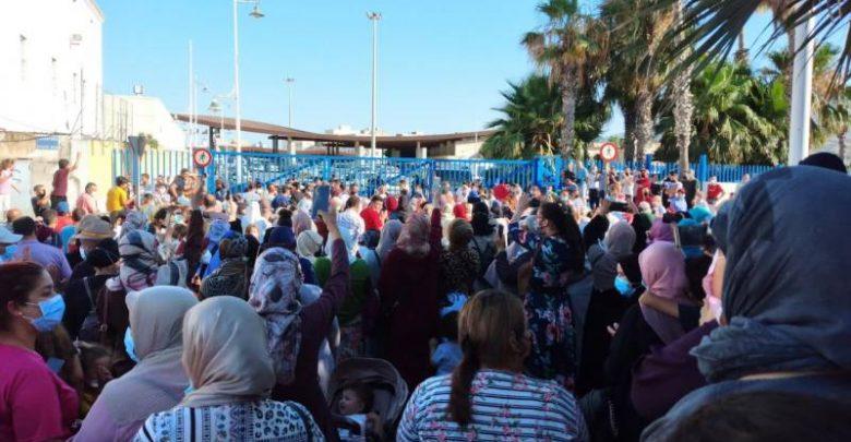 """بسبب إغلاق الحدود..مغاربة مليلية يزحفون نحو معبر """"بني انصار"""" ويناشدون الملك 1"""