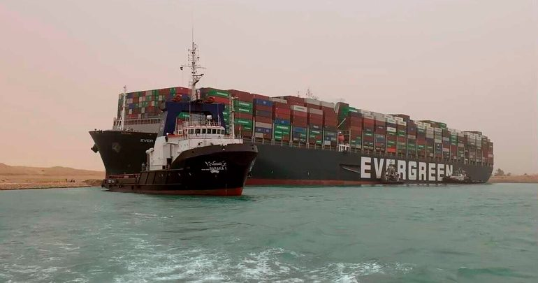 """سفينة """"إيفر غيفين"""" تغادر قناة السويس بعد 100 يوم من الإحتجاز 1"""