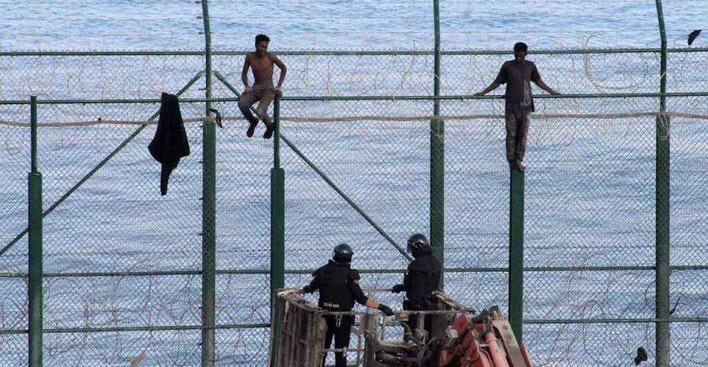 مستغلين يوم العيد..أزيد من 230 مهاجرا يقتحمون سياج مليلية 1