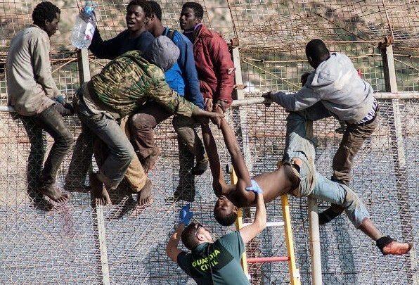 اقتحام 200 مهاجر إفريقي لسياج مدينة مليلية المحتلة 1