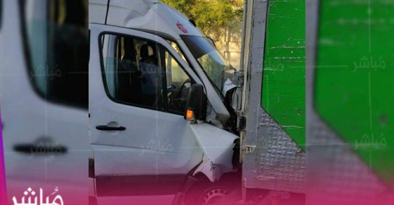 بسبب السرعة..اصطدام حافلة لنقل العمال بشاحنة يخلف 14 إصابة 1