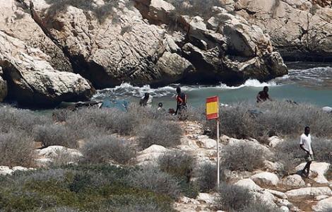 """مهاجرون يقتحمون صخرة """"تيرا"""" المحتلة قبالة الحسيمة ويطالبون السلطات الإسبانية باللجوء 1"""