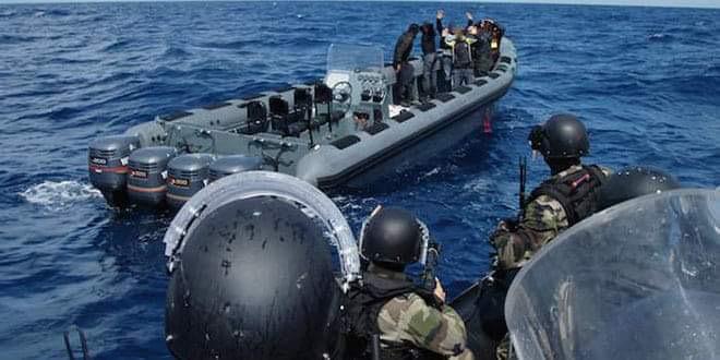 """البحرية الملكية تضبط قارب محمل بثلاثة أطنان من """"الحشيش"""" وتعتقل خمسة مهربين قبالة ساحل طنجة 1"""